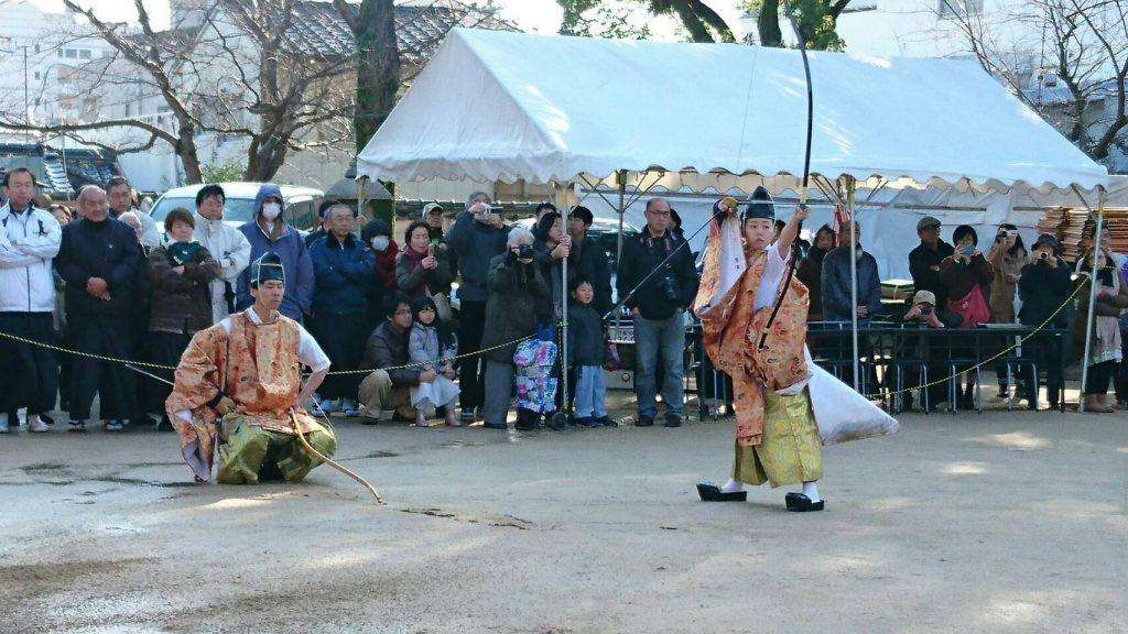 忌宮神社の「奉射祭」で四方八方の邪気を…