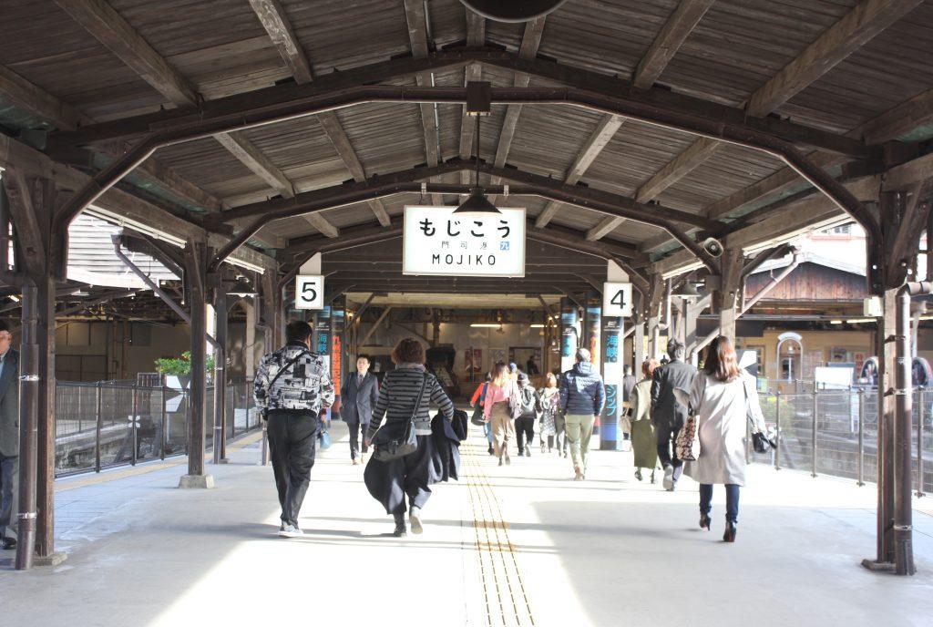 「門司」の駅名標と待合室の謎