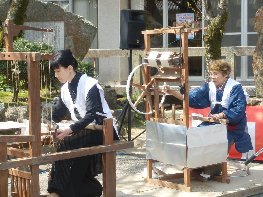糸紡ぎの実演も!「蚕種祭」